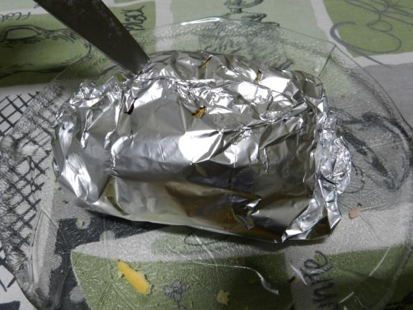 Figura 53 – Sanduíche já embrulhado no alumínio e pronto para ir ao forno. Observe os furos em cima, feitos com a ponta de uma faca.
