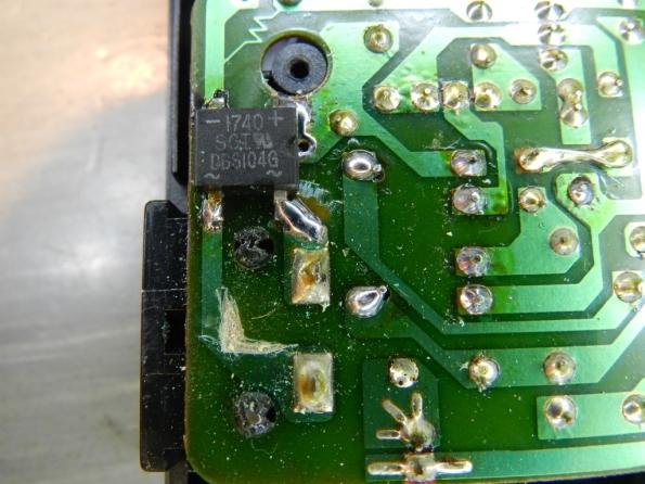 Figura 12 – Ponte retificadora montada. A altura do componente, soldado no verso da placa, não dificultou o fechamento do aparelho, havia espaço.