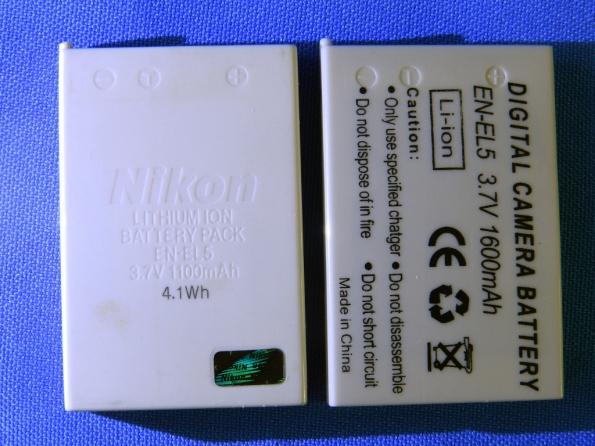 Figura 2 – Baterias EN-EL5, à esquerda a original Nikon, com o selo holográfico e à direita um modelo compatível. Observe as diferenças de capacidade, em mAh.