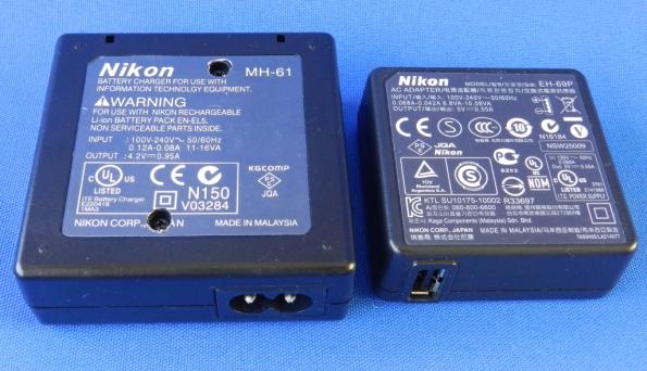 Figura 5 – Carregadores Nikon MH-61 (esquerda) e EH-69P, cuide que foi necessário furar o selo das características, para acessar os parafusos e abrir o MH-61.