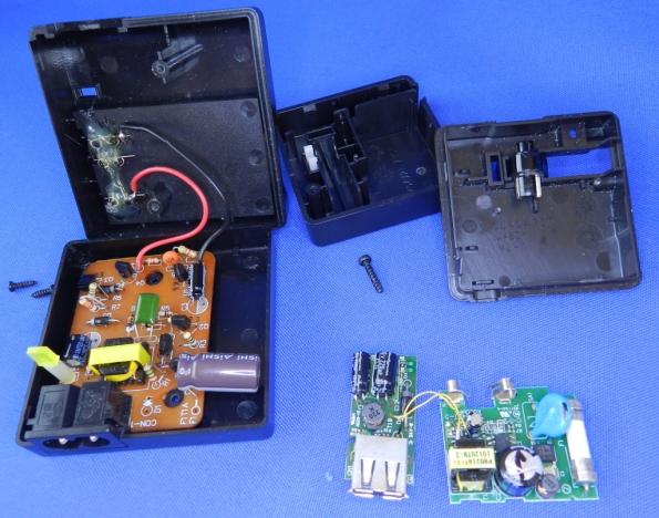 Figura 6 - Carregadores Nikon MH-61 e EH-69P desmontados, observe as diferenças entre as placas.
