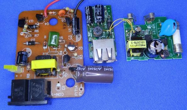 Figura 7 – Imagem aumentada das placas dos carregadores MH-61 (esquerda) e EH-69P (com 2 módulos interligados).