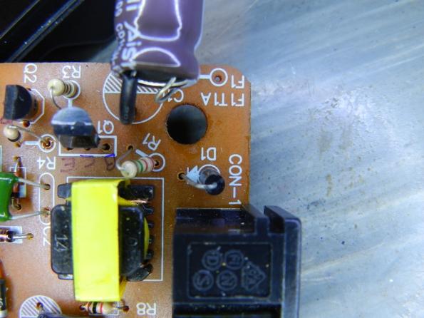 Figura 9 – Localização de D1, diodo original de filtragem da rede elétrica.