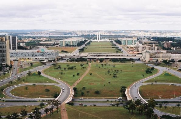 Fig. 28 – Vista do Gramado do Eixo Monumental, com a Esplanada dos Ministérios, ao fundo, Brasília/DF. Observe os traçados mais finos na grama, feitos por pedestres. Fonte: IPHAN [6].