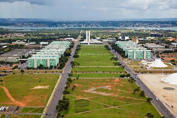 Fig. 29 - Gramado da Esplanada dos Ministérios. Brasília/DF. Os caminhos descritos pelos pedestres são tortuosos e mais finos que as linhas retas, que possivelmente estejam calçadas. Fonte: IPHAN [6].