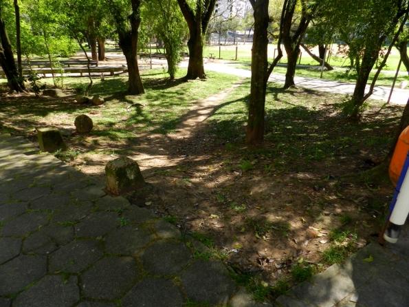 Fig. 30 – Atalho entre as árvores de praça toda calçada ao redor, em Porto Alegre/RS.
