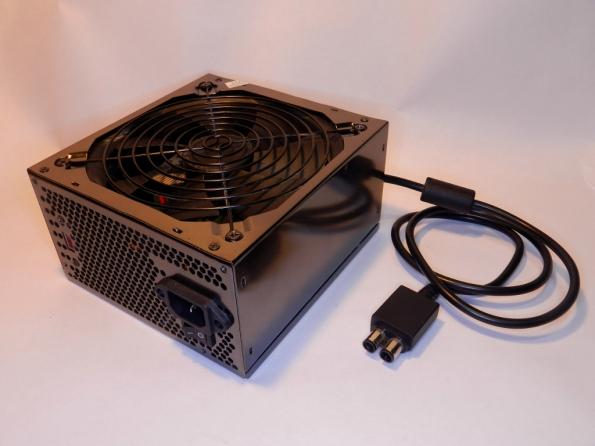 Figura 1 – Fonte ATX para computador, adaptada com o cabo de fonte XBOX. Funciona igual à original, comandada pelo botão POWER do console.
