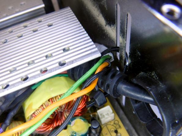 """Fig. 17 - Amarração do cabo do XBOX à fonte ATX, com presilha plástica tipo """"rabo de rato""""."""