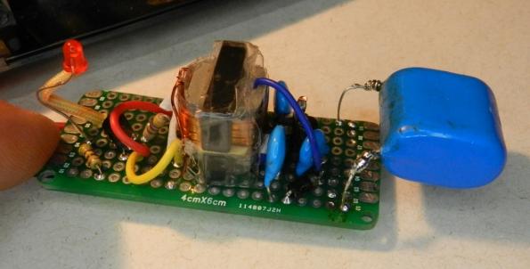 Fig. 15 – Placa pré-furada, com o circuito modificado, ainda com o capacitor de saída de 430nF.