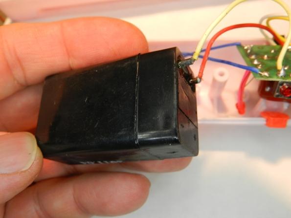 Fig. 21 – Pequena bateria selada, comum em lanternas e raquetes mata-mosquitos recarregáveis.