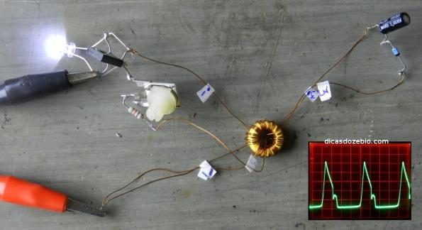 Fig. 8 – Ladrão de joules de Z. Kaparnik, com um enrolamento adicional. Ao lado, tela do osciloscópio, com a forma de onda vista em paralelo com o LED.