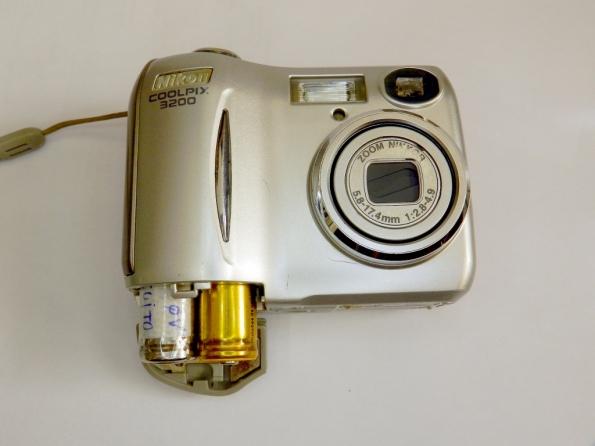 Fig. 1 – Nikon Coolpix 3200, com o compartimento das pilhas aberto.