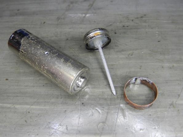 Fig. 12 – A carcaça, o polo negativo e o anel de cobre, que unidos formação a pilha falsa.