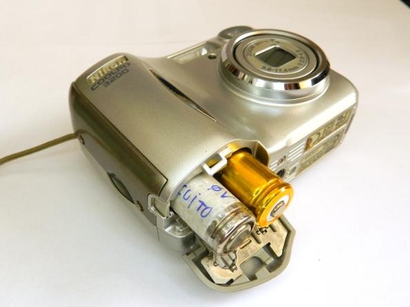 Fig. 16 – Nikon Coolpix 3200 com a pilha falsa e a de lítio.