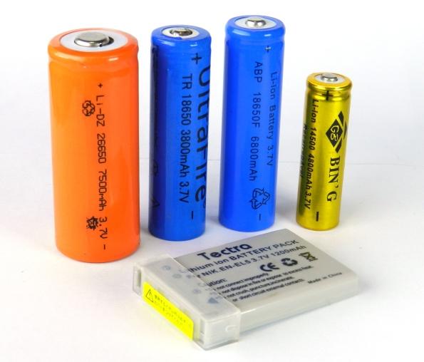 Fig. 6 – Pilhas de lítio (Li-ion e LiPo) recarregáveis, de vários tamanhos e com tensão de saída de 3,7V. Interessante é comparar a capacidade de corrente, algumas contam muita vantagem, apesar do tamanho...