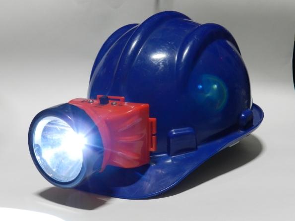 Fig. 1 – Lanterna LED para cabeça, adaptada em capacete.