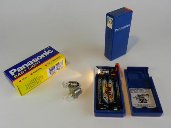 Fig. 11 – Lanterna Panasonic Baby Light, para duas pilhas pequenas. Ao lado, lâmpadas para lanternas, todas com filamento de tungstênio.