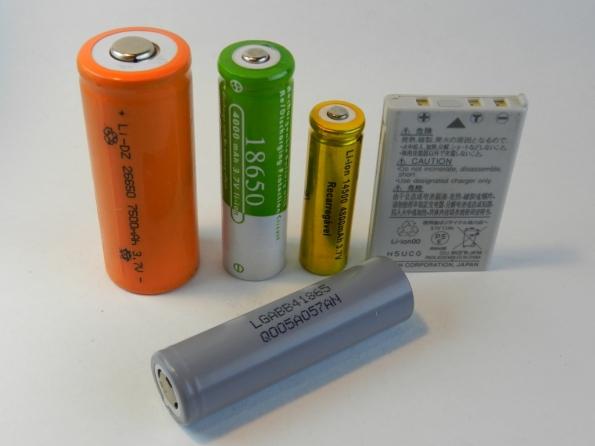 Fig. 13 – Pilhas de lítio de 4 tamanhos diferentes, a 18650 da LG foi retirada de um power bank. A bateria chata é modelo EN-EL5, usada em máquina fotográfica Nikon.