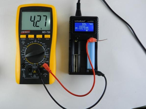 Fig. 14 – Pilha de lítio perto da carga máxima, conforme o carregador e o multímetro indicam. A tensão indicada no carregador é apenas uma referência, este carregador desliga quando ela chega a 4,3V.