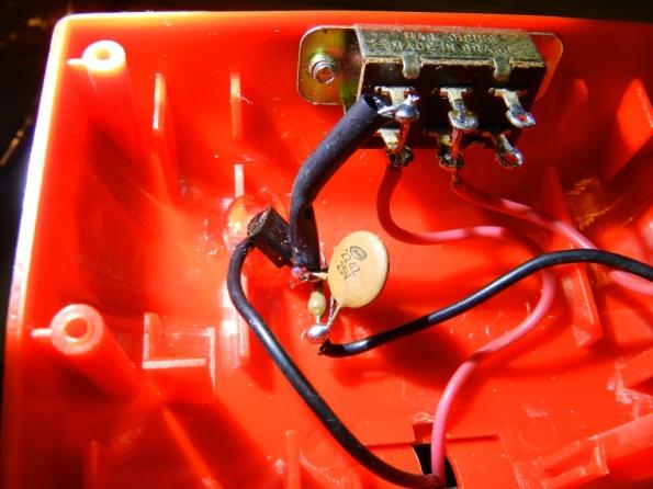 Fig. 21 – Fonte de corrente fixada com cola quente à lanterna. Observe que o BC548 está escondido atrás do capacitor cerâmico.