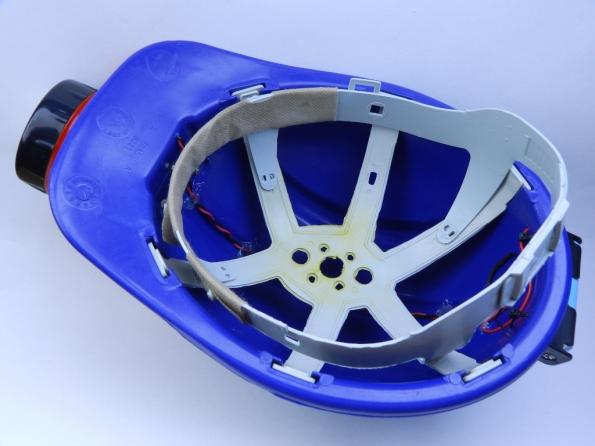 Fig. 27 – Vista inferior do capacete, já com o suporte plástico ajustável para cabeça.