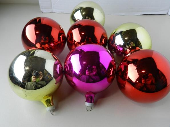 Antigas bolas de Natal, feitas de vidro colorido e espelhado.