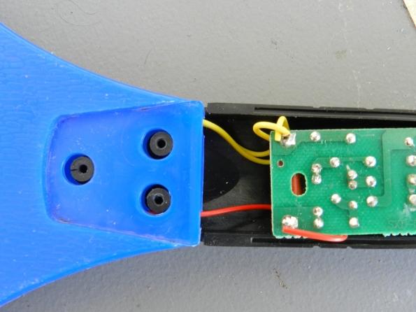 Fig. 3 – Ligações das telas da raquete mata-mosquitos. Observe que os fios amarelos, das telas externas, são ligados ao mesmo polo.