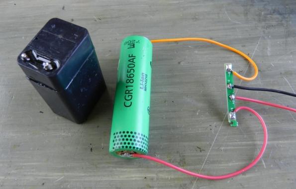 Fig. 7 – Soldagem da plaquinha de controle de carga na pilha de lítio.