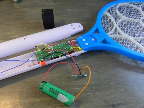 Fig. 9 – Ligação da pilha de lítio à raquete. Observe que é a placa que controla o que entra ou sai de energia na pilha.