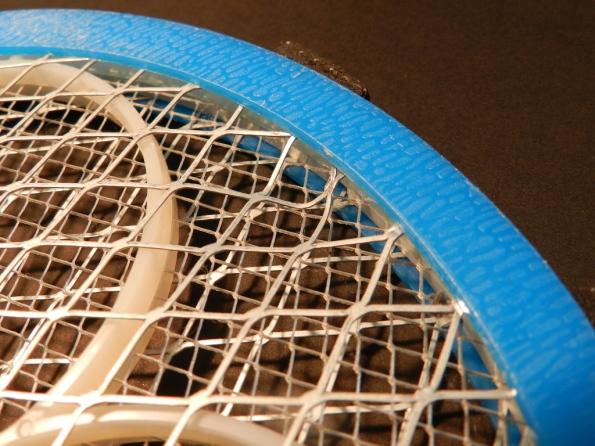 Fig. 20 - Raquete mata-mosquitos com a tela amassada, que impede o funcionamento devido ao curto-circuito.